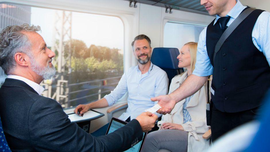 Schaffner kontrolliert die Tickets von Passagieren. Papiertickets wird er ab 2022 nicht mehr verkaufen.