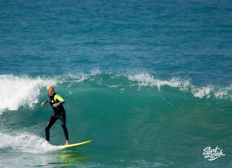 Stephan surft im Atlantik.