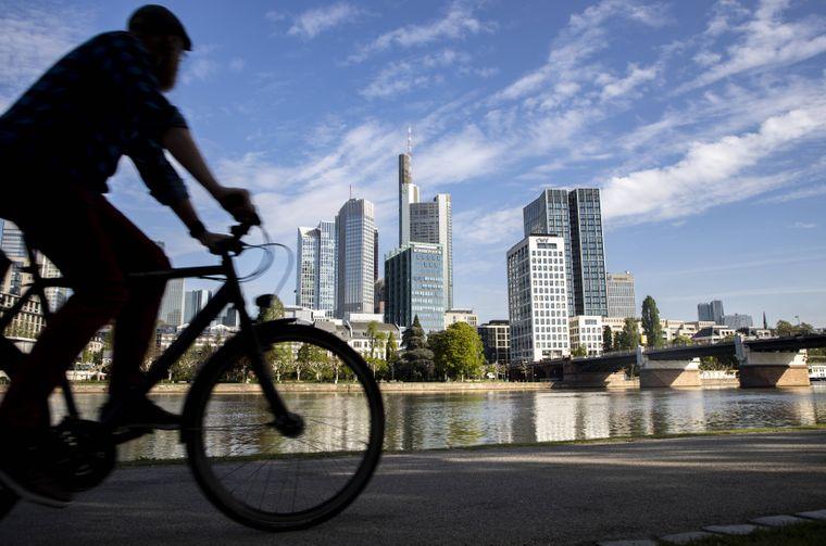 Auf zwei Rädern durch die City: Der Radweg linkes Mainufer lässt die Skyline von Frankfurt am Main im Vorbeifahren bestaunen.