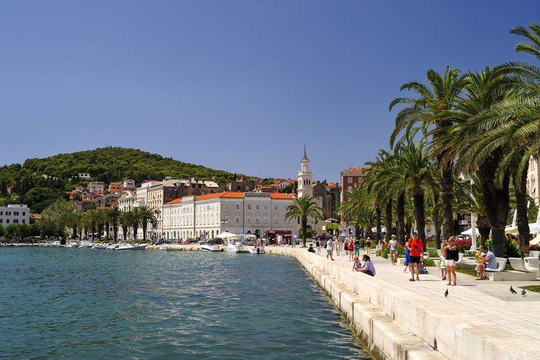Touristen am Stadthafen von Split in Kroatien