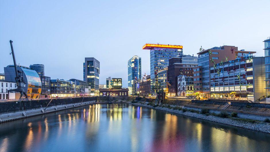Alte und moderne Architektur im ehemaligen Hafen von Düsseldorf. Heute ist der Medienhafen eine Mischung aus Büros, Firmen, Hotels, Restaurants, Szeneviertel, Ausgehviertel, Galerien & Marina.