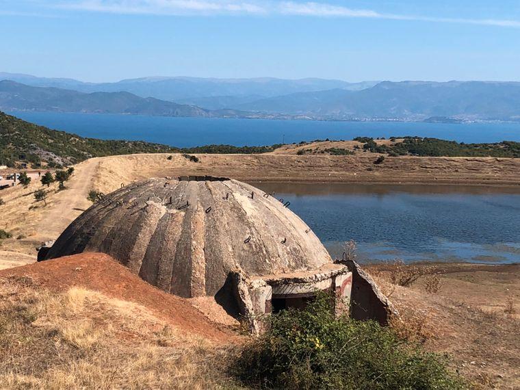 Die Bunker überall in Albanien sind das Erbe des paranoiden Diktators Hodscha. Niemand weiß, wie man die Betonhügel wieder loswerden soll.