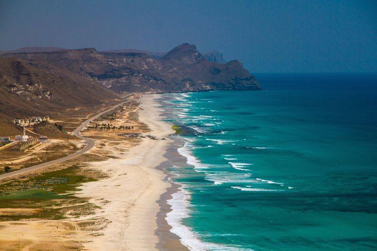 Luftaufnahme von Salalah im Oman, mit Blick auf den Strand und den Indischen Ozean.
