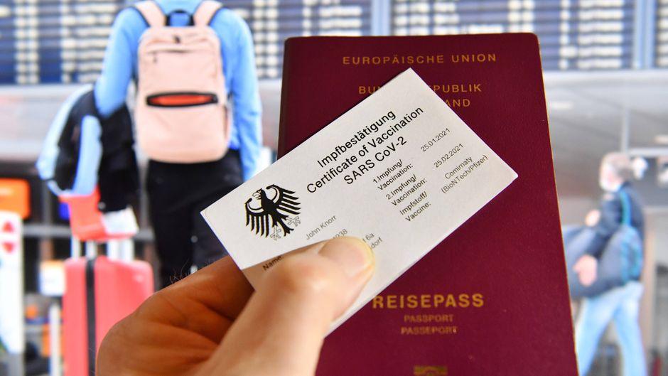Mit einem Impfpass sollen die Menschen wieder zu mehr Freiheitsrechten in der Coronavirus-Pandemie gelangen, zum Beispiel in puncto Reisen.