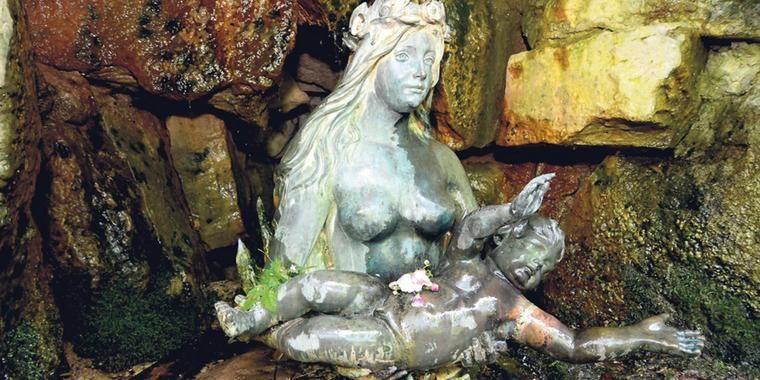 Märchenhaftes Paar: Nixe und Kleinkind warten am unteren Molkengrund auf Besucher