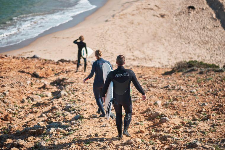 Portugals Praia da Bordeira an der Atlantikküste ist ein echtes Surferparadies.