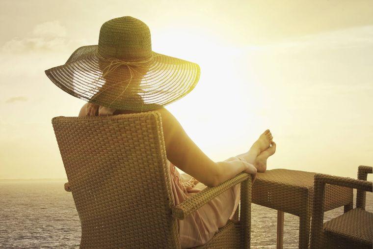 Frau auf einem Kreuzfahrtschiff.