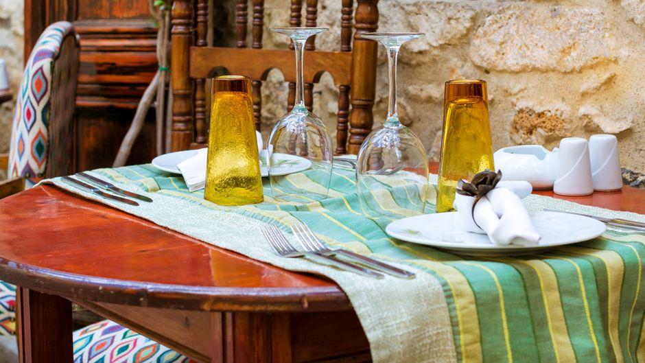 Typisch Urlaub: Ein Ausflug in ein mediterranes Restaurant ist an touristischen Orten wie Korfu einfach ein Muss.