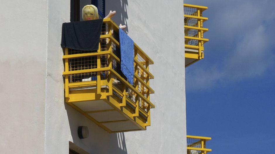 Randale in Palma de Mallorca: Urlauber sollen einen Tisch von einem Balkon auf ein Auto geworfen haben. (Symbolbild)