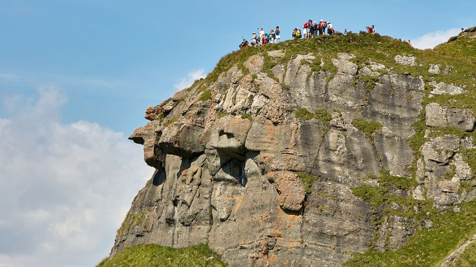 Zahlreiche Wanderer erklimmen den Gipfel eines Berges an der Costa del Sol und genießen die herrliche Aussicht.