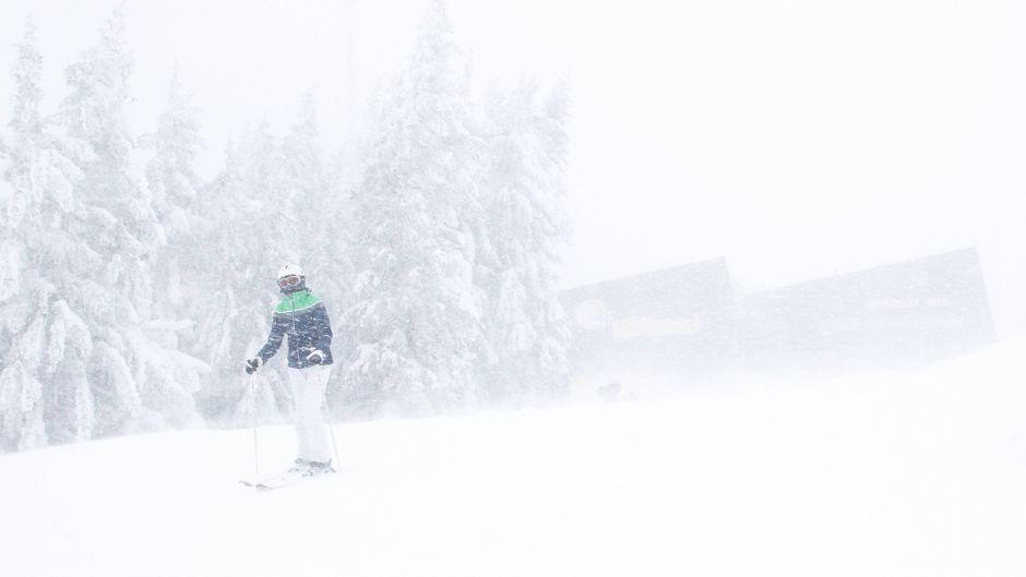 Skifahrer im Schneechaos in Österreich.