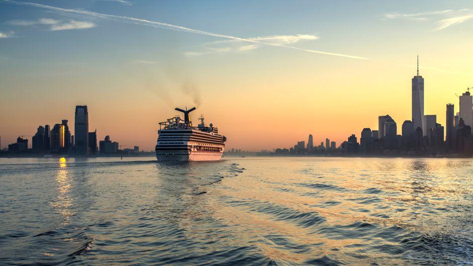 Reisen auf See, wie eine Transatlantik-Kreuzfahrt nach New York, gibt es schon für kleines Geld.