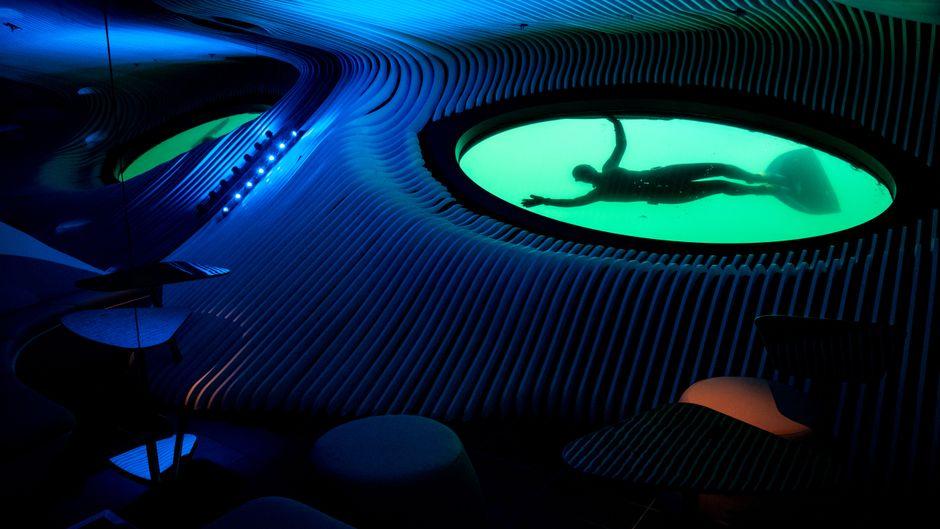 """Die """"Blue Eye Lounge"""" auf dem Kreuzfahrtschiff """"Le Lapérouse"""" gibt Einblick in die Unterwasserwelt."""