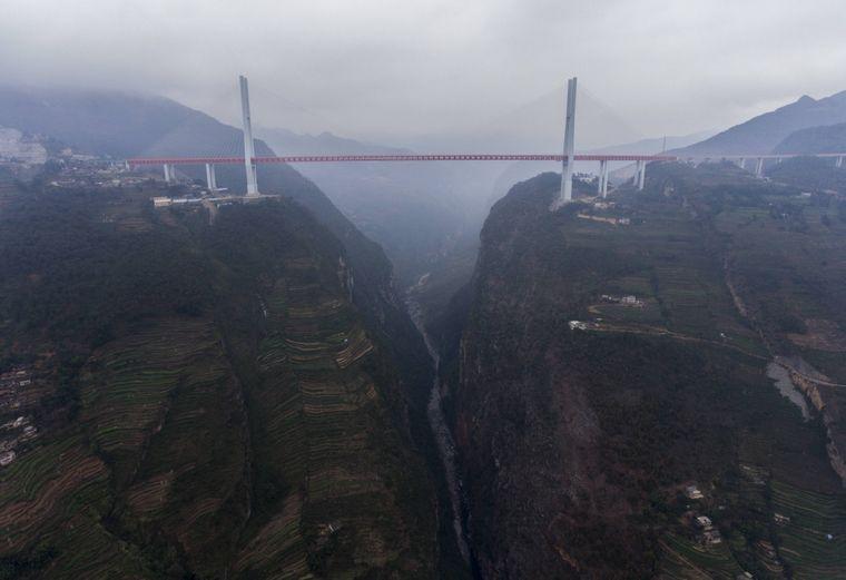 Die höchste Brücke der Welt, die Beipanjiang Bridge in China