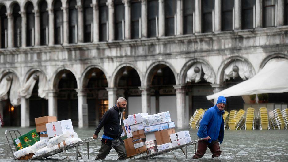 Acqua alta in Venedig: Die Menschen machen weiter, trotz der Überflutungen.