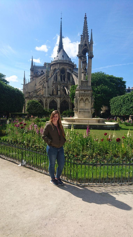 Ein Foto von der Rückseite der Kathedrale: Lisa Steinemann war im Mai 2017 für ein Praktikum in Paris und hat sich während dieser Zeit fotografieren lassen.