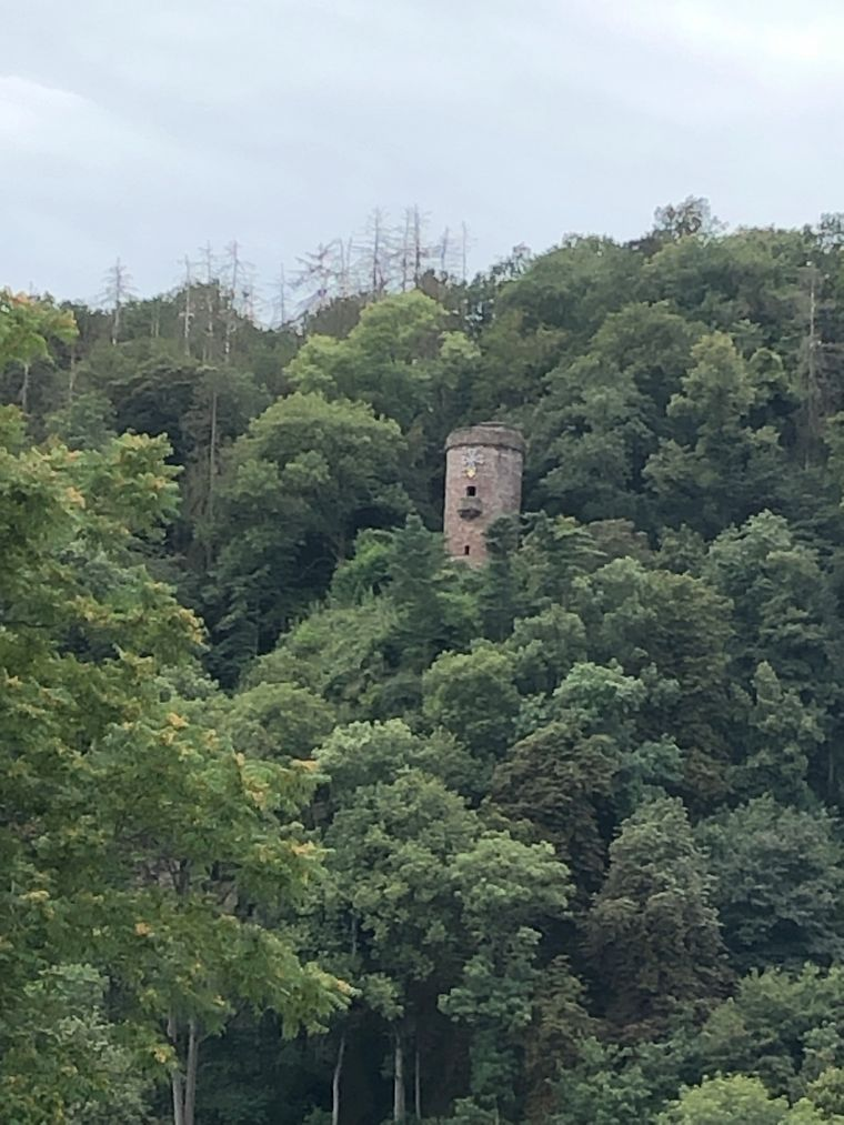 Der Hugenottenturm liegt oberhalb der Stadt.
