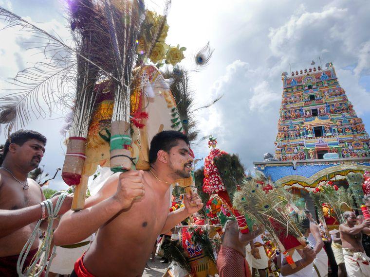 Kavadi-Tänzer mit durchstossenen Wangen beim Sri-Kamadchi-Ampal-Tempelfest in Hamm.