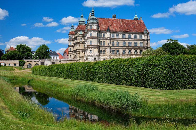 Schloss Güstrow in Mecklenburg-Vorpommern ist ein beliebtes Ausflugsziel auf dem Weg zur Ostsee.