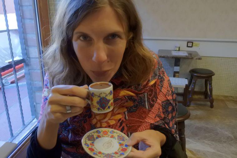 Julia Jerg genießt ihren schwarzen Kaffee (der ist ziemlich stark).