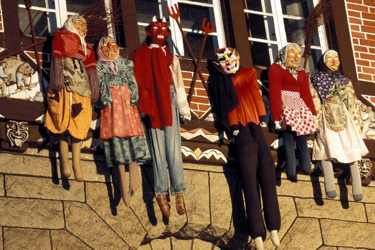 Brockenhexen werden zur Walpurgisnacht in Schierke im Harz vor die Fenster gehängt.