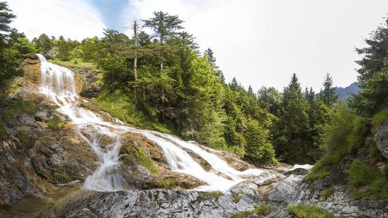 Die Zipfelsbacher Wasserfälle fallen rund 300 Meter in die Tiefe.