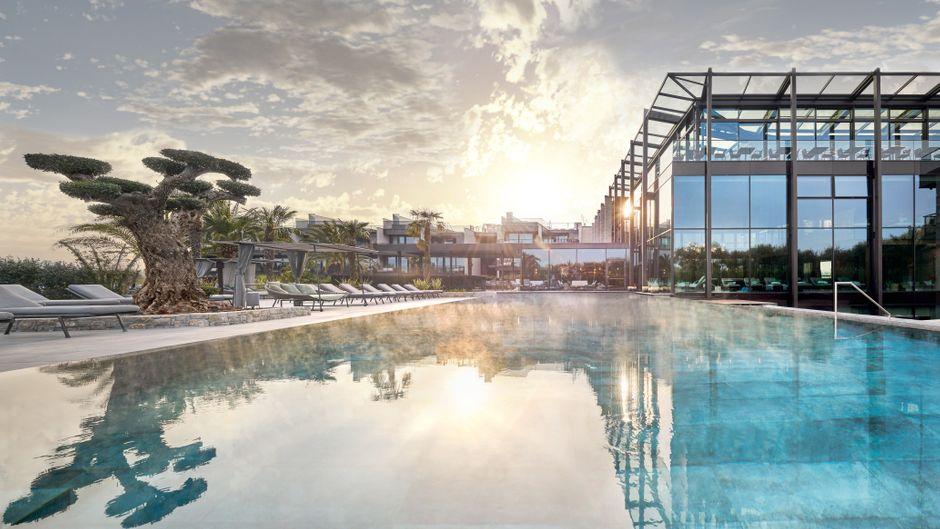 Das Quellenhof Luxury Resort Lazise überzeugt unter anderem mit einem großzügigen Außenpool.