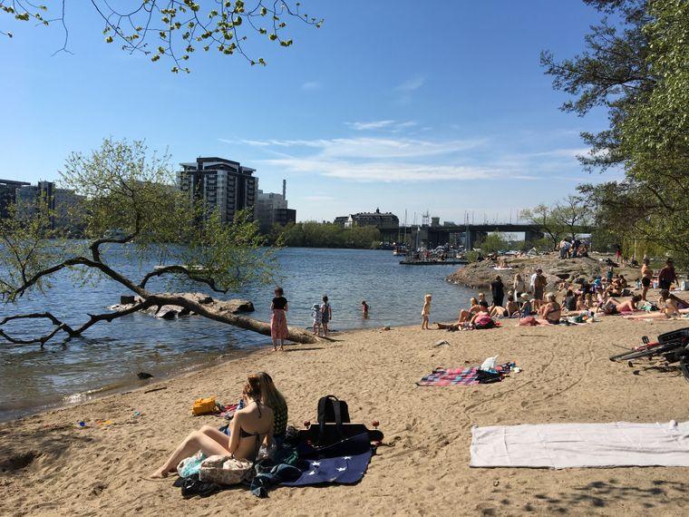 Menschen an Stockholms Stadtstrand, dem Tanto Strandbad.