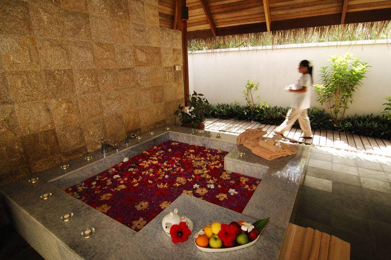 Blütenbad im Spa des Full Moon Resort auf den Malediven.
