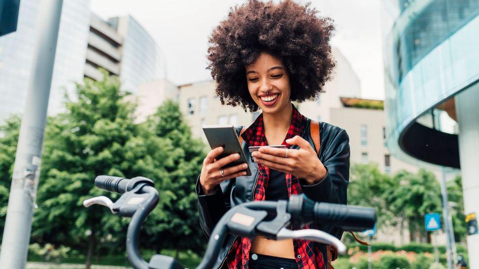 Indem du ein Fahrrad mietest, kannst du an deinem Urlaubsort klimafreundlich die Gegend erkunden.