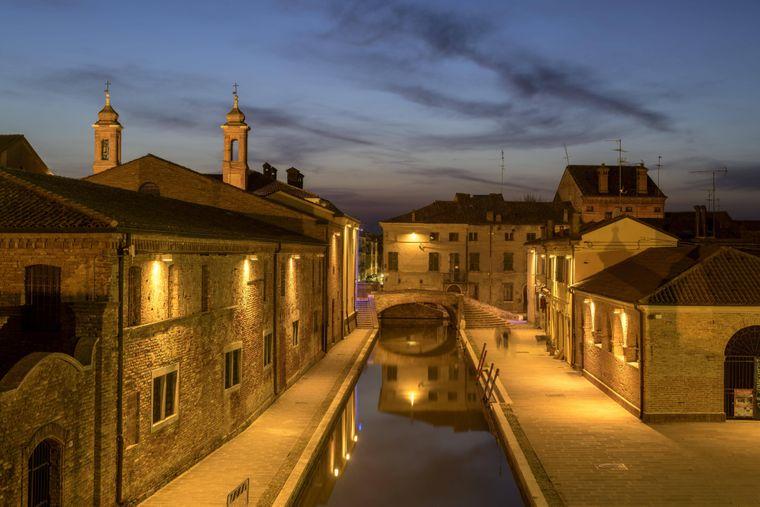 Ausblick von der Trepponti-Brücke aus auf einen der Kanäle von Comacchio. Kein Wunder, dass die Lagunenstadt in der Emilia-Romagna als kleines Venedig gilt.