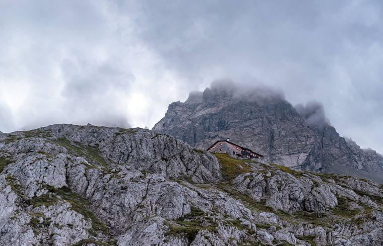 Die Karlsbader Hütte befindet sich in der Lienzer Berglandschaft.