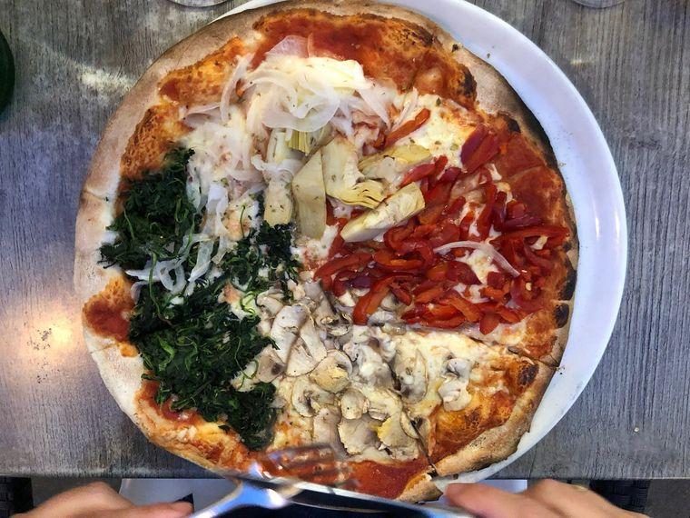 """Platz 10: Pizzeria Lupo Trattoria in Düsseldorf. Kein """"Schickimicki"""", aber """"ehrliche, handwerklich ausgezeichnete"""" Pizza gibt es in der Pizzeria in der Bolkerstraße. Das findet zumindest ein Bewerter. Die Bilder sprechen auch für sich. Denn: So dick belegte Pizzen wie in der Lupo Trattoria bekommt man doch eher selten."""