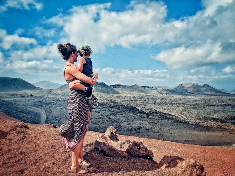Nathalie und ihr vierjähriger Sohn unterwegs im Timanfaya-Nationalpark auf Lanzarote.
