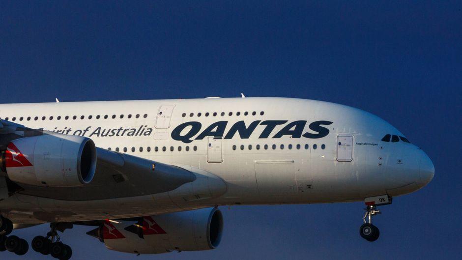 Der vordere Teil eines Qantas-Flugzeugs in der Luft.