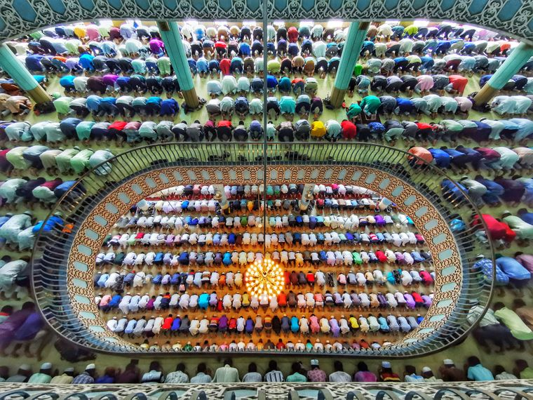 """Die Kategorie """"iTravelled – Phone/Tablet"""" hat Azim Khan Ronnie gewonnen. Er fotografierte Tausende Betende in einer der größten Moscheen der Welt in Bangladesch."""