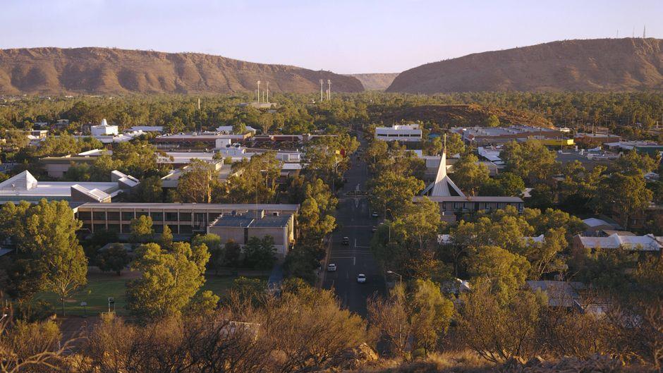 Blick auf den Ort Alice Springs im australischen Northern Territory.