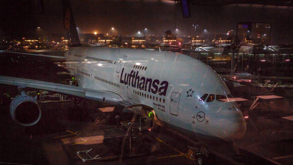 Ein Flugzeug von Lufthansa steht nachts am Flughafen Frankfurt am Main.