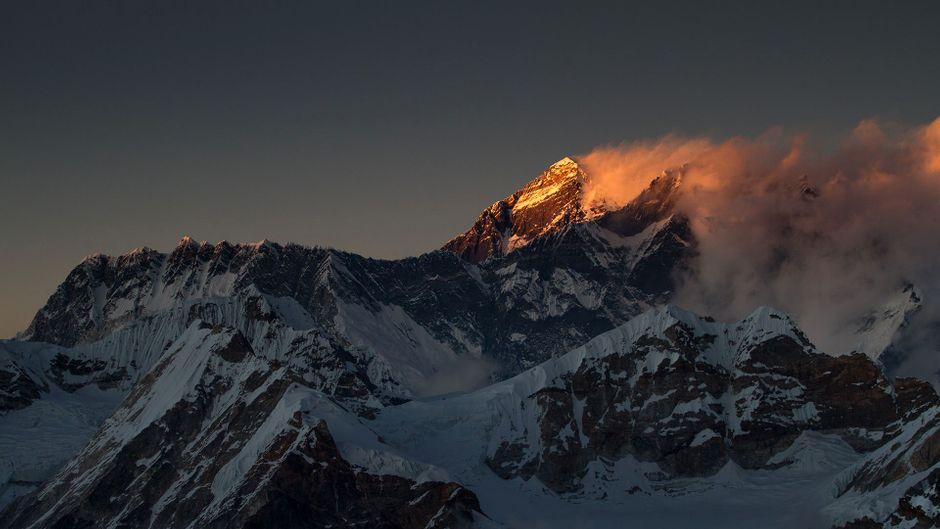 Die letzten Sonnenstrahlen am Gipfel des Mount Everest.