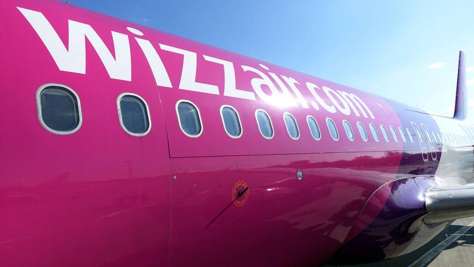 Eine Maschine von Wizz Air auf dem Flughafen Schönefeld in Berlin.