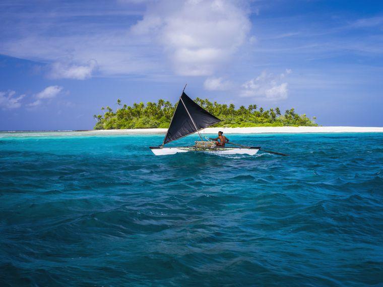 Segler vor einem Atoll im Gebiet der Kiribati Inseln.