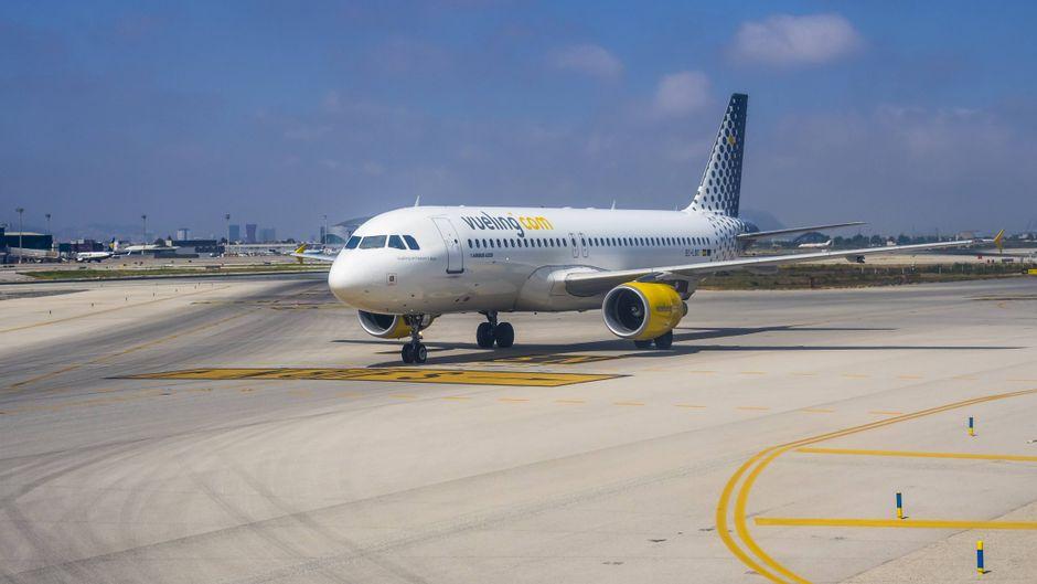 Passagierflugzeug von Vueling rollt auf dem Vorfeld des Flughafens Barcelona.