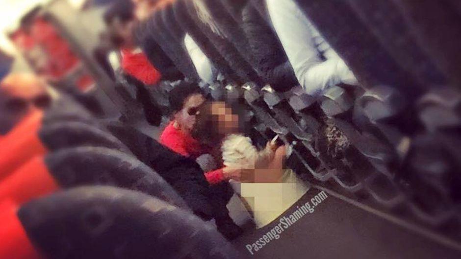Privatsphäre beim Pinkeln sieht anders aus: Diese Mutter setzte ihr Kind mitten im Flugzeug aufs Töpfchen.