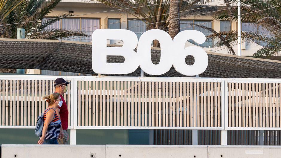 Hochsaison 2020 an der Playa de Palma auf der Insel Mallorca – einsame Touristen vor dem Strandlokal Beach Club Six.