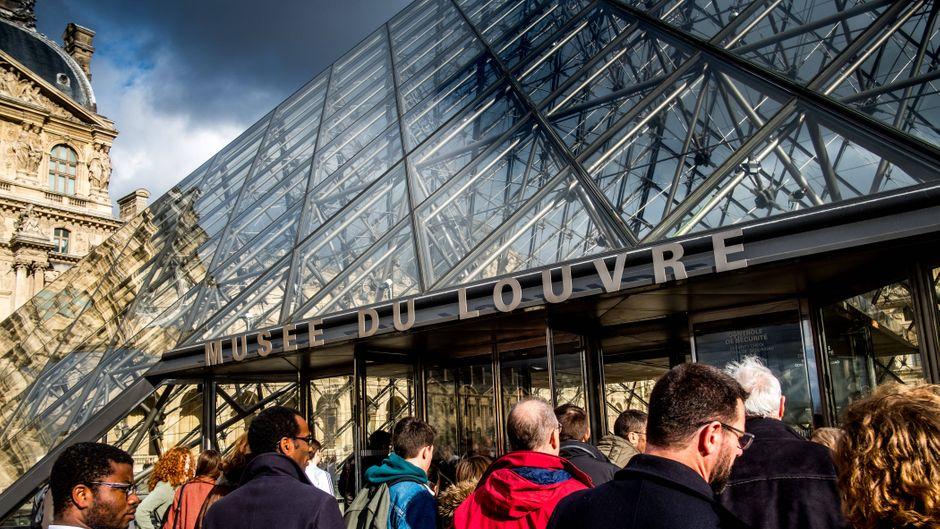 Besucher standen trotz der Schließung Schlange, um in den Louvre hineinzukommen. (Archivbild)
