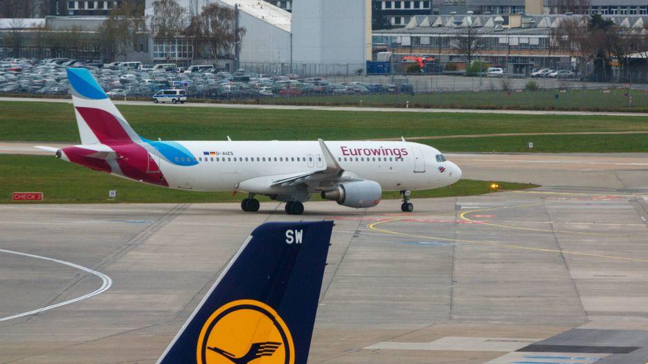 Eine Eurowings- und eine Lufthansa-Maschine am Flughafen.