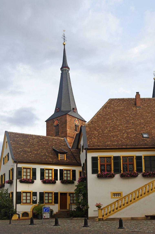 Rathaus und Pfarrkirche in Deidesheim