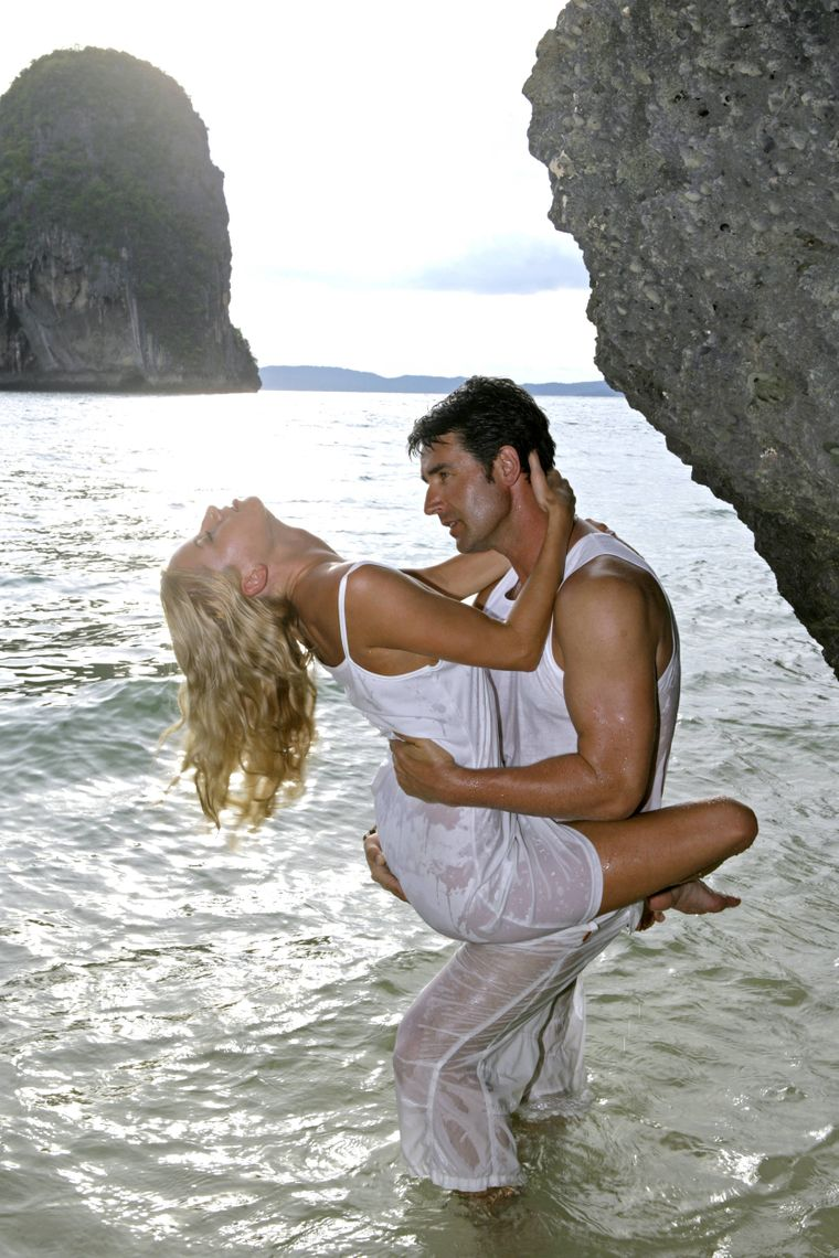 Liebespaar im Meer in Thailand