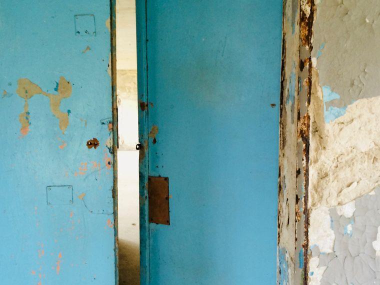 Tür in der Schwimmhalle im olympischen Dorf von 1936.
