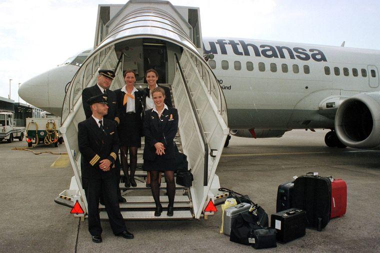 Flugzeugbesatzung auf der Gangway zu einer Lufthansa-Maschine am Flughafen Düsseldorf.